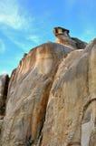 风化和在特色形状的腐朽的石头 免版税库存图片