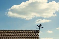 风向仪的细节有一只公鸡的形状的在屋顶的 图库摄影