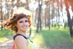 风吹您的头发美丽的女孩 免版税库存图片