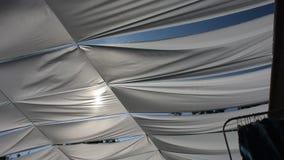 风和织品的行动运动为保护阳光在室外街道手工制造市场市场 股票视频