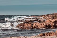 风大浪急的海面和岩石在可西嘉岛的海岸 库存照片