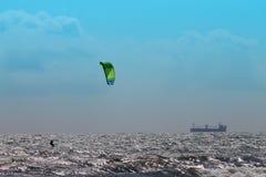 风大浪急的海面和蓝天的风筝冲浪者 免版税库存图片