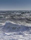 风大浪急的海面在一个晴天 库存照片