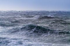风大浪急的海面在一个晴天 图库摄影