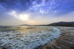 风大浪急的海面在岩石的海敲打 库存图片