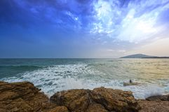 风大浪急的海面在岩石的海敲打 库存照片