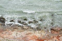 风大浪急的海面岸 免版税图库摄影