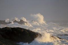 风大浪急的海面打的岩石 库存照片