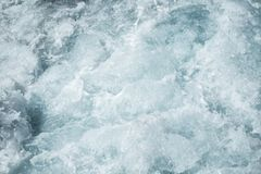 风大浪急的海面水面,后边蓝色海波浪泡沫纹理水表面快行汽船 库存图片