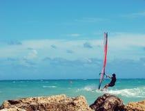 风大浪急的海面风帆冲浪者 库存照片