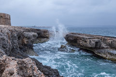 风大浪急的海面, Mellieha,马耳他 免版税图库摄影