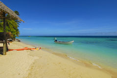 风帆冲浪和在一个沙滩的快艇 库存图片