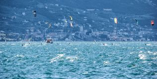 风帆冲浪在加尔达湖,意大利 库存照片
