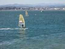 风帆冲浪在桑坦德,西班牙海湾  免版税图库摄影