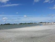 风帆冲浪在海滩在Makkum,荷兰 免版税库存图片