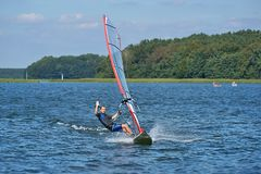 风帆冲浪在湖Nieslysz,波兰 免版税库存照片