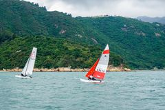 风帆冲浪在绿浪的香港 免版税库存图片