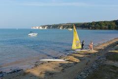 风帆冲浪在Studland海滩多西特英国在与白垩峭壁的夏天 免版税库存照片