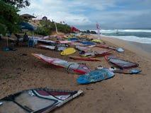 风帆冲浪委员会和风帆在海滩 免版税库存图片