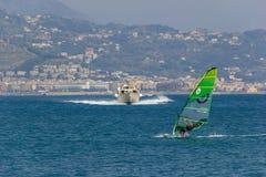 风帆冲浪沿阿马尔菲海岸意大利 免版税图库摄影