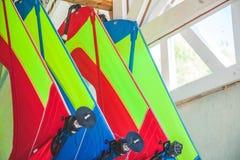 风帆冲浪的不同的风帆在谷仓垂悬 免版税库存图片