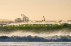 风帆冲浪的大海湾 免版税库存图片