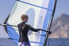 风帆冲浪的女孩海 免版税库存照片