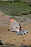 风帆冲浪的委员会在海滩 免版税库存图片