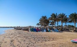 风帆冲浪的委员会在海滩 免版税库存照片