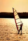 风帆冲浪的日落 库存图片