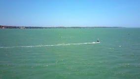 风帆冲浪者乘天蓝色的海浪在蓝天下 股票视频