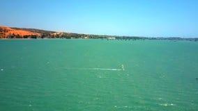 风帆冲浪者乘海浪在蓝天下 股票录像