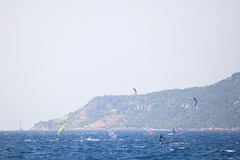 风帆冲浪者和航行游艇 免版税库存图片