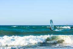 风帆冲浪者在克利特的海日落的 风帆冲浪在伊拉克利翁 希腊 免版税图库摄影