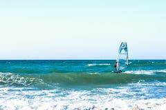 风帆冲浪者在克利特的海日落的 风帆冲浪在伊拉克利翁 希腊 免版税库存图片