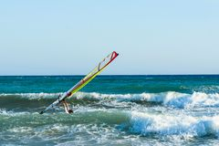 风帆冲浪者在克利特的海日落的 风帆冲浪在伊拉克利翁 图库摄影