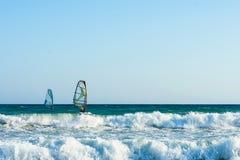 风帆冲浪者在克利特的海日落的 风帆冲浪在伊拉克利翁 免版税库存图片