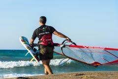 风帆冲浪者在克利特的海日落的 风帆冲浪在伊拉克利翁 免版税图库摄影