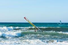 风帆冲浪者在克利特的海日落的 风帆冲浪在伊拉克利翁 库存图片