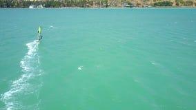 风帆冲浪者接近做泡沫似的轨道的海岸 影视素材