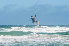 风帆冲浪者高在波浪上 库存图片