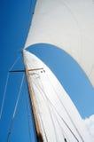 风帆和帆柱在游艇,看法从小船甲板  免版税库存照片