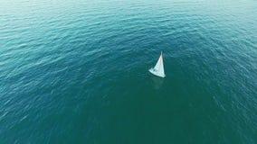 风帆在公海的游艇航行美好的大角度鸟瞰图  股票视频