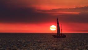 风帆有日落背景 免版税库存图片