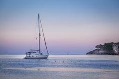 风帆海洋游艇看法在Cirali海海湾的 库存图片
