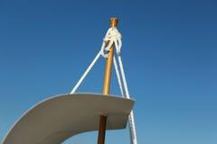风帆的上面在一艘暂时船的由纸板制成反对蓝天 免版税库存照片