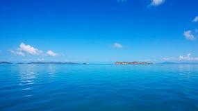 风平浪静、蓝色海洋天空和天际 免版税图库摄影