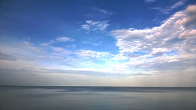 风平浪静在泰国的微明下 库存照片