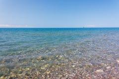风平浪静的惊人的海视图在蓝天下 库存照片