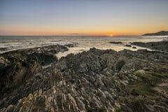 风平浪静的美好的充满活力的日落风景图象反对大鹏的 库存图片